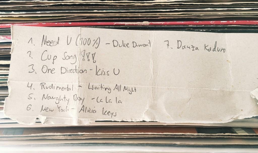 Liedwünsche im Club auf Pappzettel