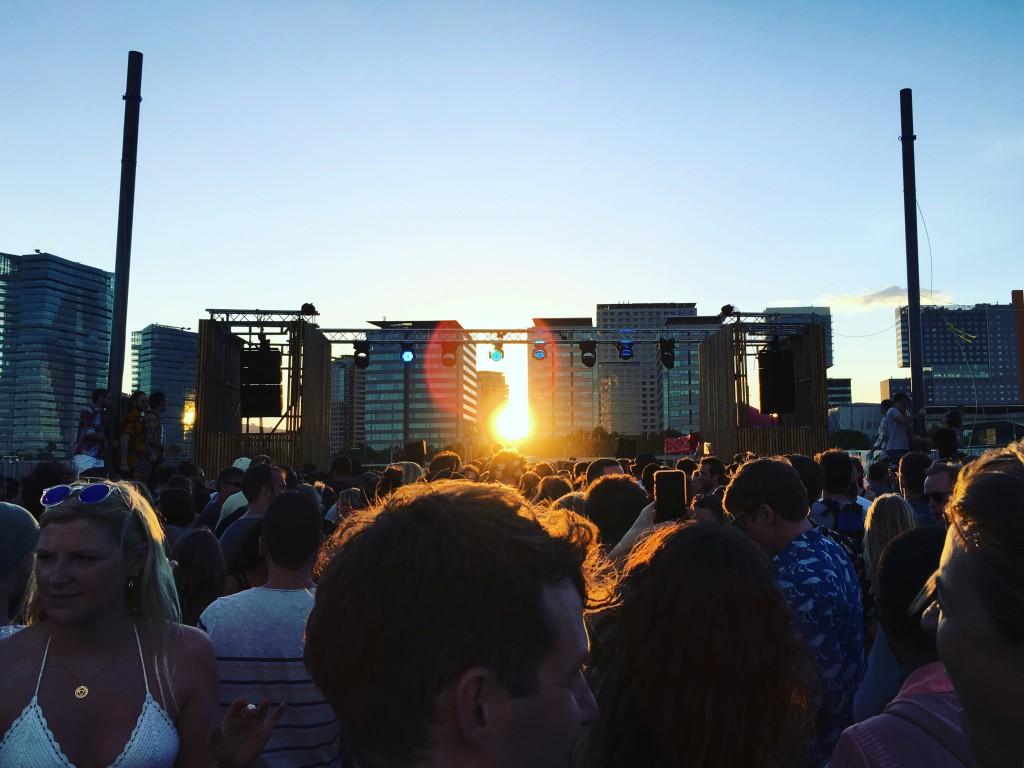 Proyectual Party Bild. Sonnenuntergang hinter dem Dancefloor