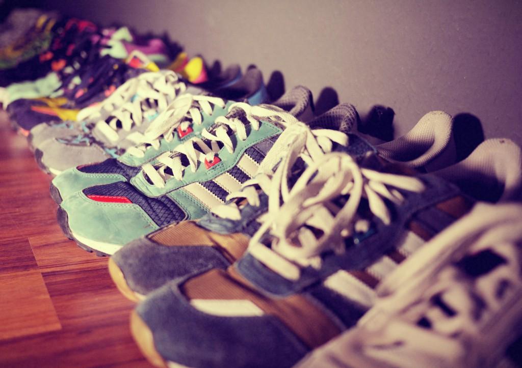 Ein Bild von einer Reihe Sneaker