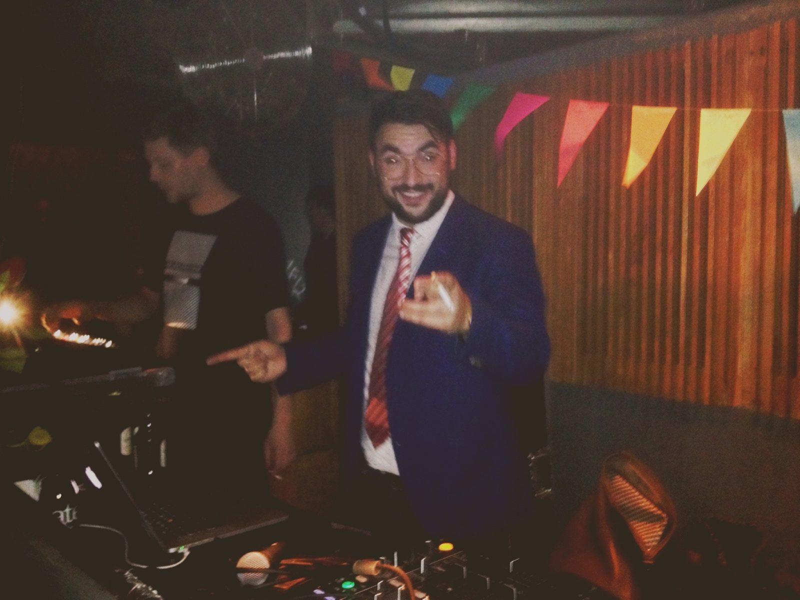 Michel Niknafs am DJ Pult im Prince Charles Berlin