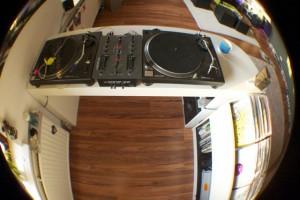 So sieht meine DJ Booth übrigens im Hellen aus. Zwei 1210er und ein Xone:22.
